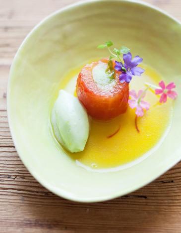 Tomates et concombre du potager, recette locavore de Nicolas Masse, chef du Rouge nouveau bistrot de l'Hôtel Les Sources de Caudalie. (Céramiques Margot Lhomme). Par Emmanuelle Eymery.